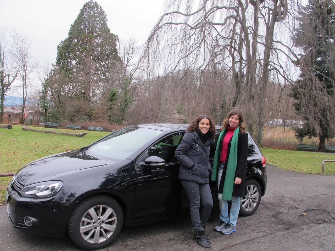 Eu e irmã com nosso carro alugado na Suíça, carinhosamente apelidado de Gina <3