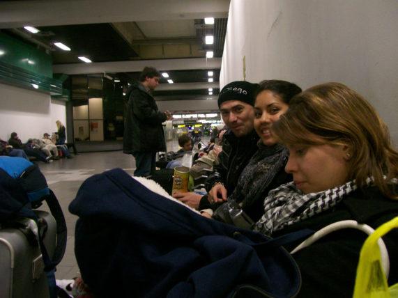 As companheiras de viagem e o romeno que conhecemos no aeroporto, em Bérgamo