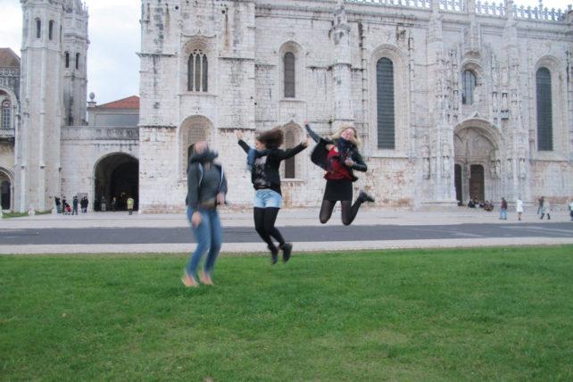 """""""Por quê as pessoas sempre tiram foto pulando?"""", perguntou Fiona. Olha aí..."""