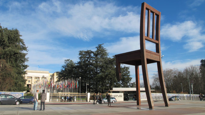 Place de las Nations e a discreta Broken Chair