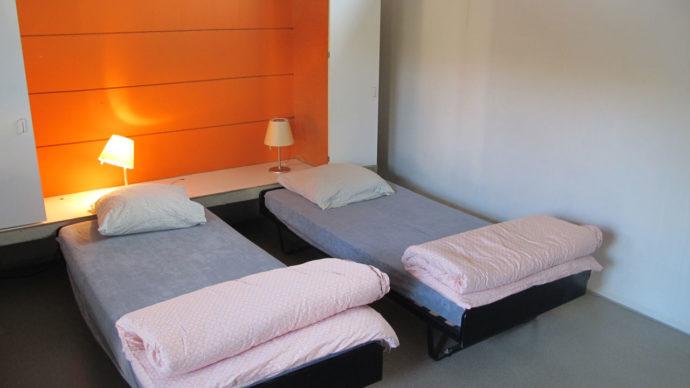 Quarto simples, mas confortável. A cama extra tava à esquerda