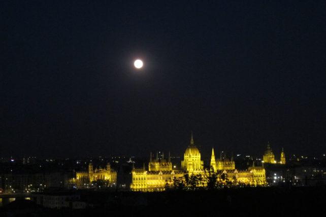 Parlamento à noite desde o EYC