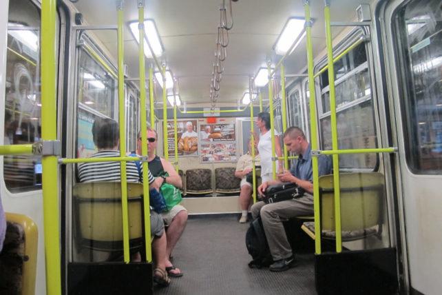 Interior do metrô da linha M1, a mais antiga da Europa ocidental