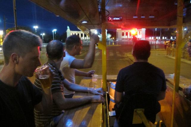 Na beerbike, chegando na Heroes Square