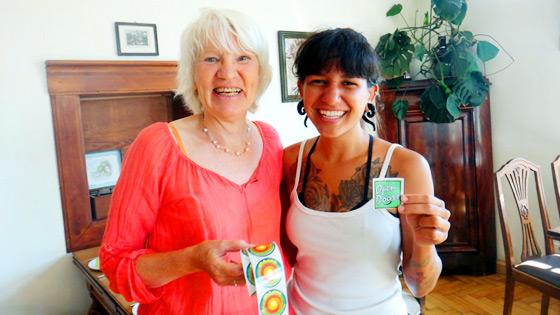 O encontro com uma senhora alemã que vive sem dinheiro há 17 anos. Foto: Acervo Pessoal/Aline Campbell