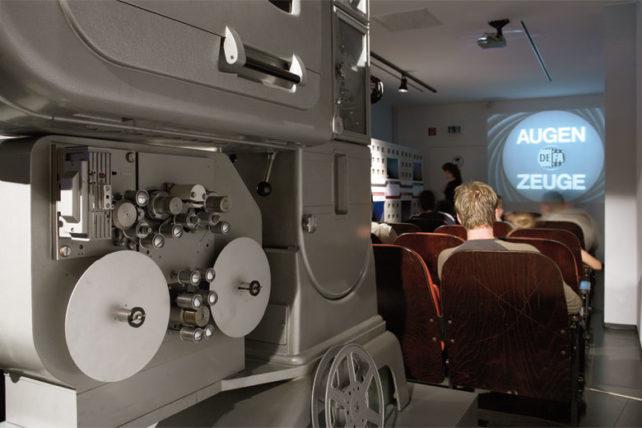Sente-se numa sala de cinema da RDA pra ver documentários sobre a época das duas Alemanhas. Foto: Divulgação/DDR Museum