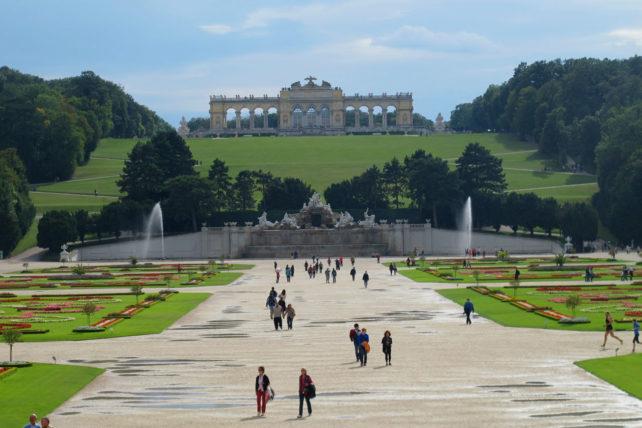 O jardim do Schönbrunn e a Gloriette lá no fundo
