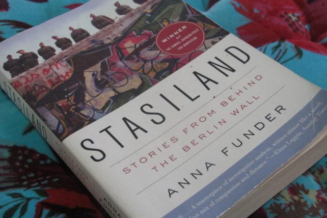 Anna Funder conta sobre a vigilância, a propaganda, as vítimas e a resistência na vida sob o domínio dos Stasi.