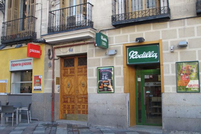 A entrada do hostel é nessa porta entre as duas lanchonetes. Mais em cima tem uma placa :)