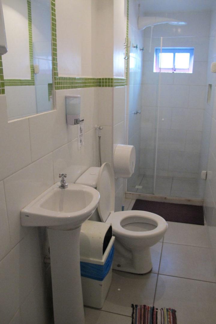 Um dos dois banheiros compartilhados do meu andar